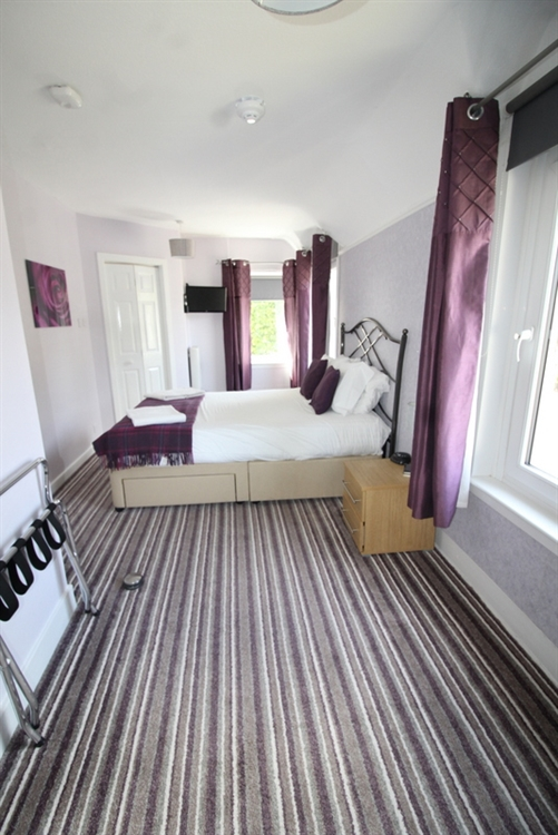 substantial 7-bedroom guest house - 10
