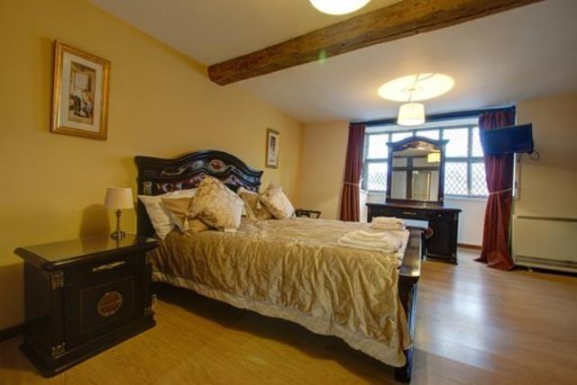 tudor guest house just - 5