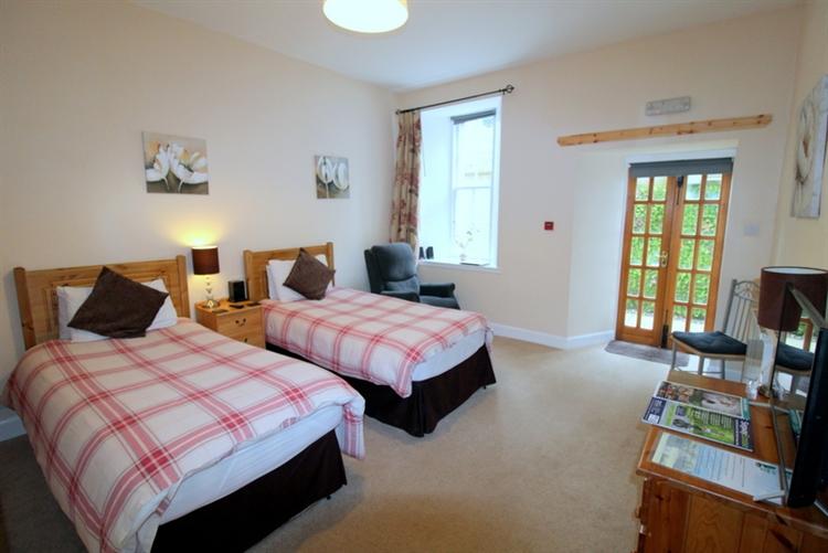 outstanding six bedroom guest - 9