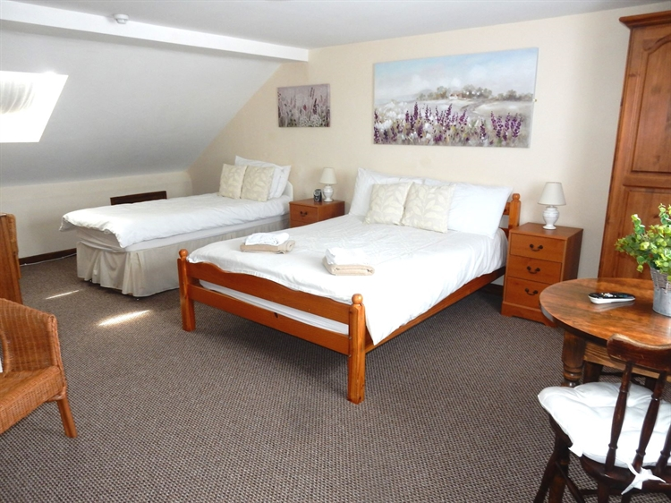 freehold five bedroom guest - 6