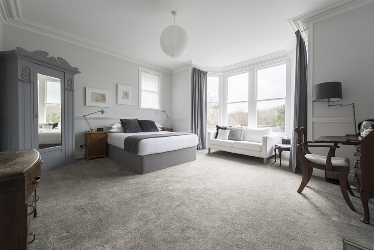 beautifully refurbished presented guest - 6