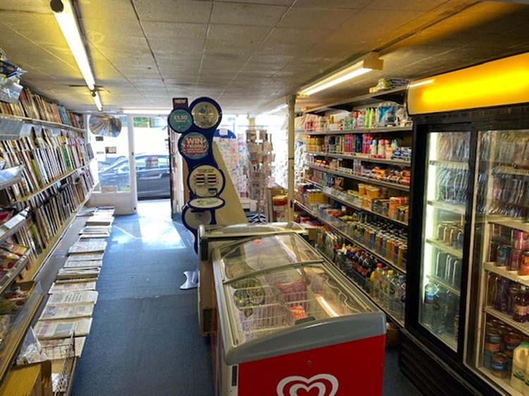 leasehold newsagents located warwick - 4